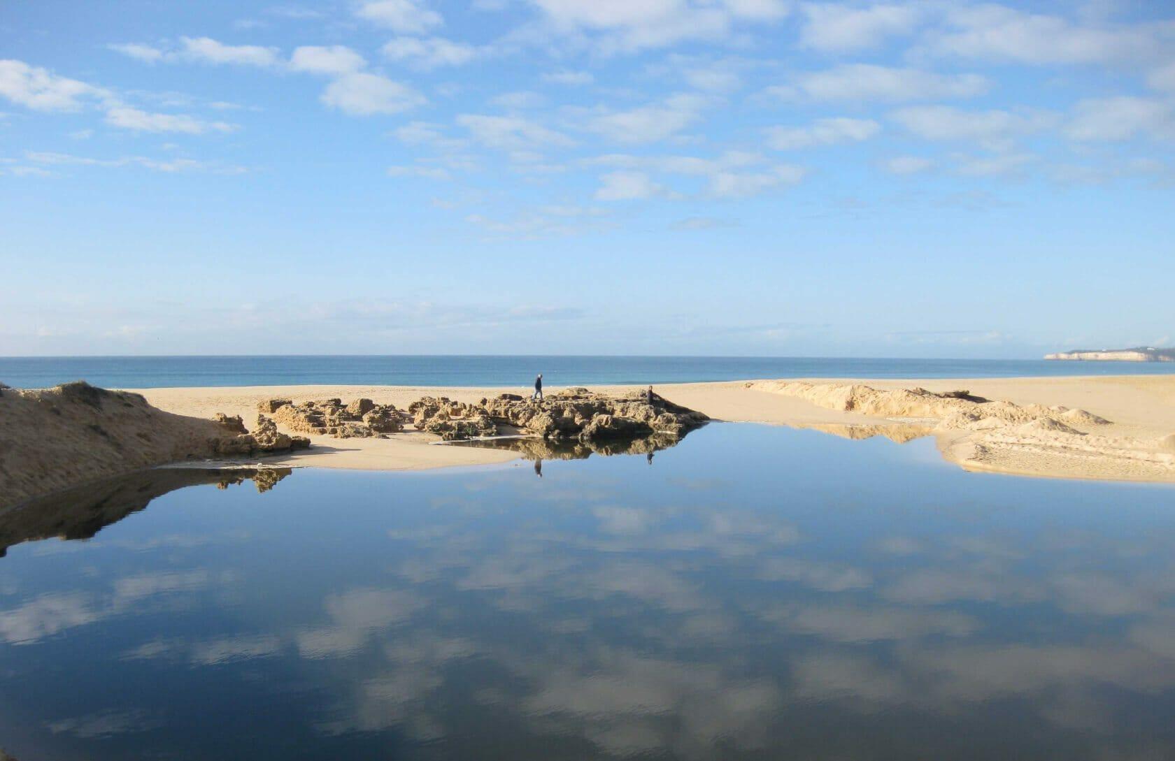 Blick über Lagune auf Straende und Meer