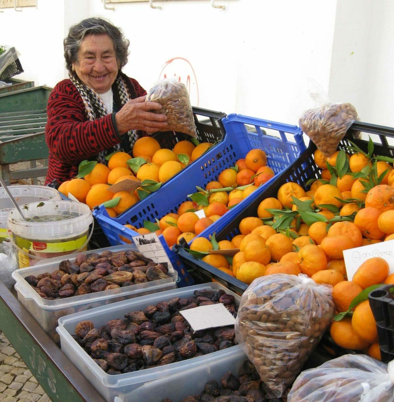 Vale Fuzeiros Marktfrau am Obststand