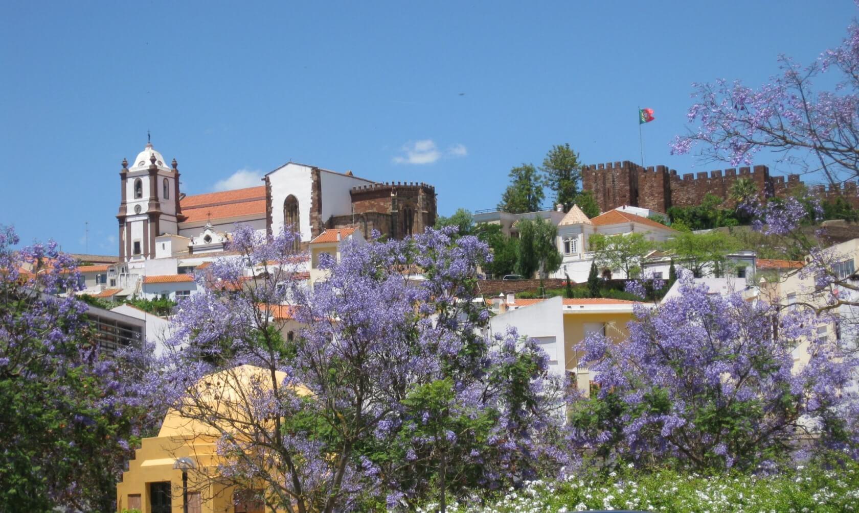 Historische Kleinstadt Silves mit Jakaranda Blüte