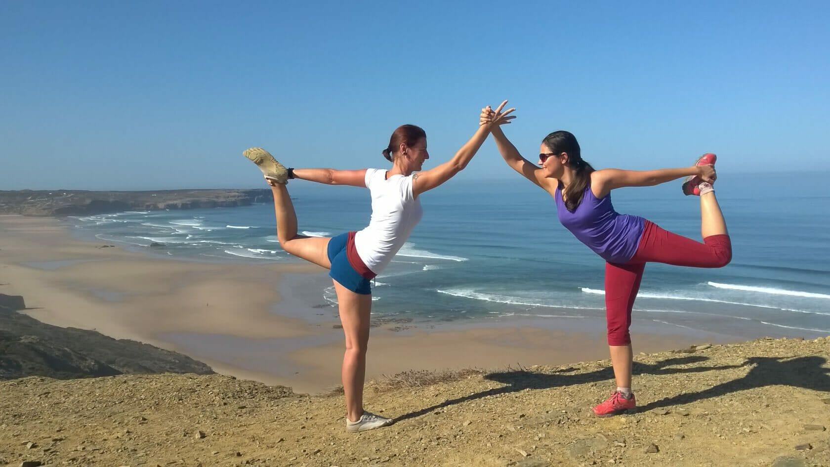 Yoga der Elente Partnerübung Tänzer Natarajasana am Bordeira Beach