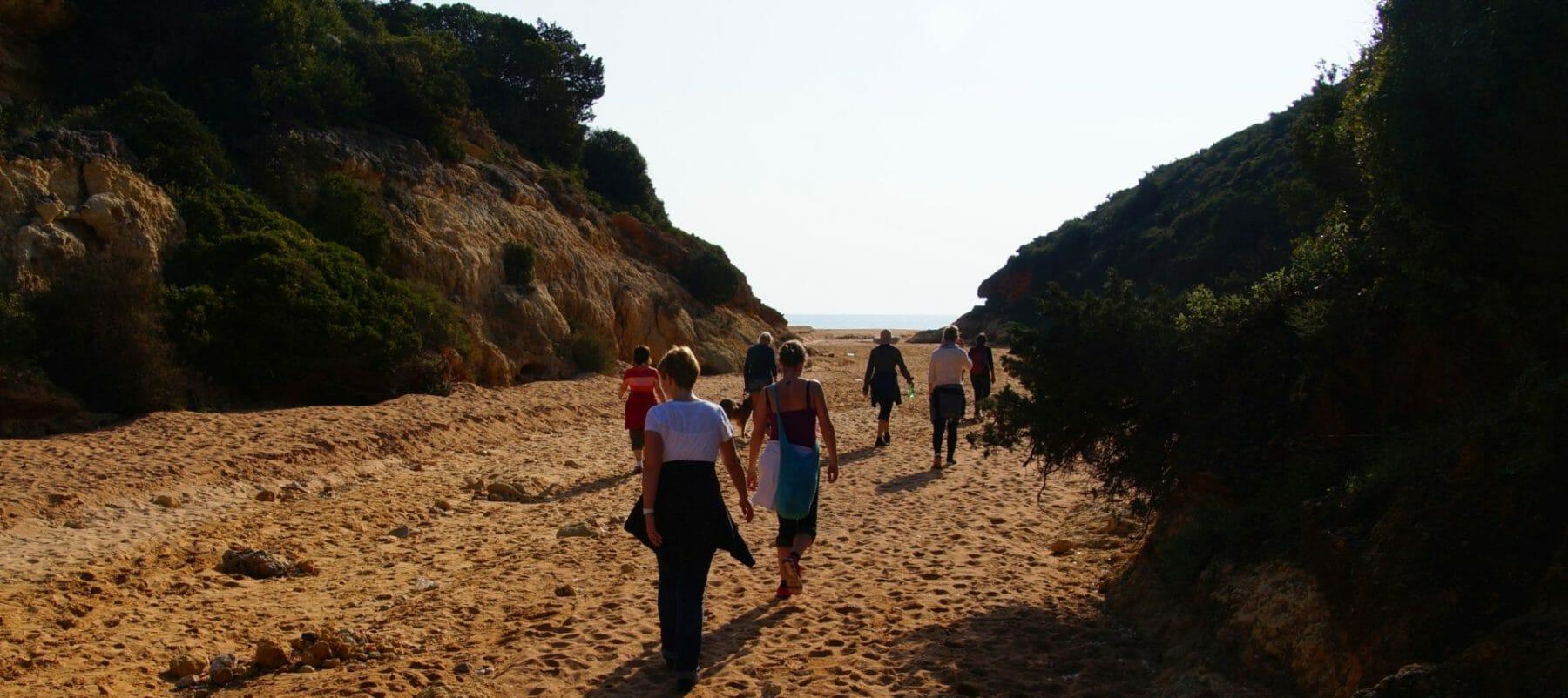 Yoga Retreat - Wandern im Canyon mit Blick mit Blick aufs Meer