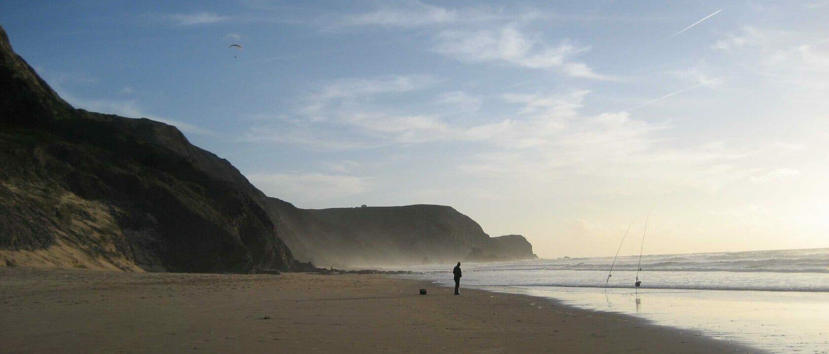 Einsamer Angler an einem der schönsten Algarve Strände: Praia da Cordoama