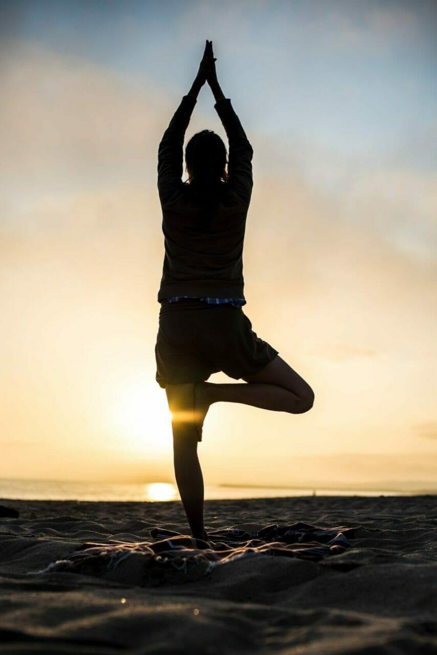 Yoga Urlaub - Asana Baum am Algarve Strand im Gegenlicht