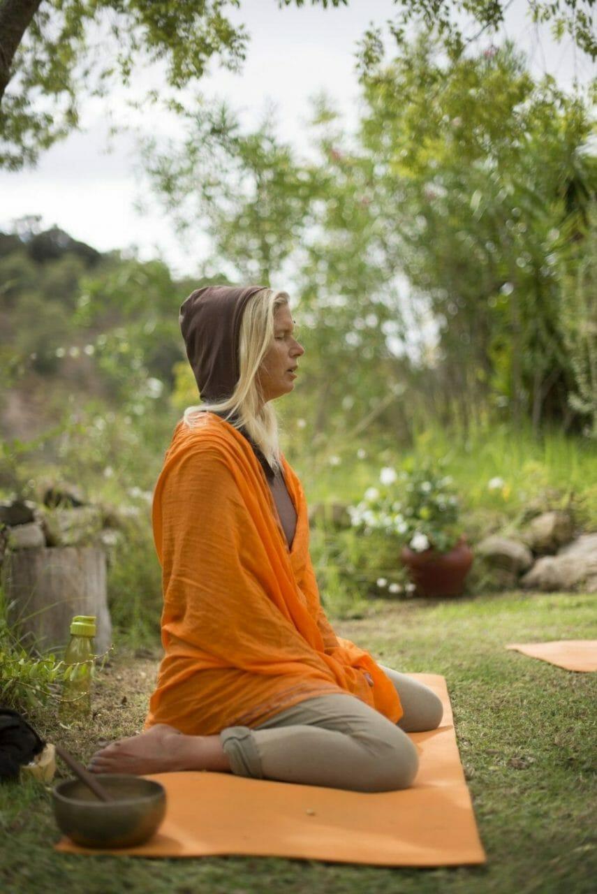 Yoga der Elemente Steffi im Meditationssitz singt Om