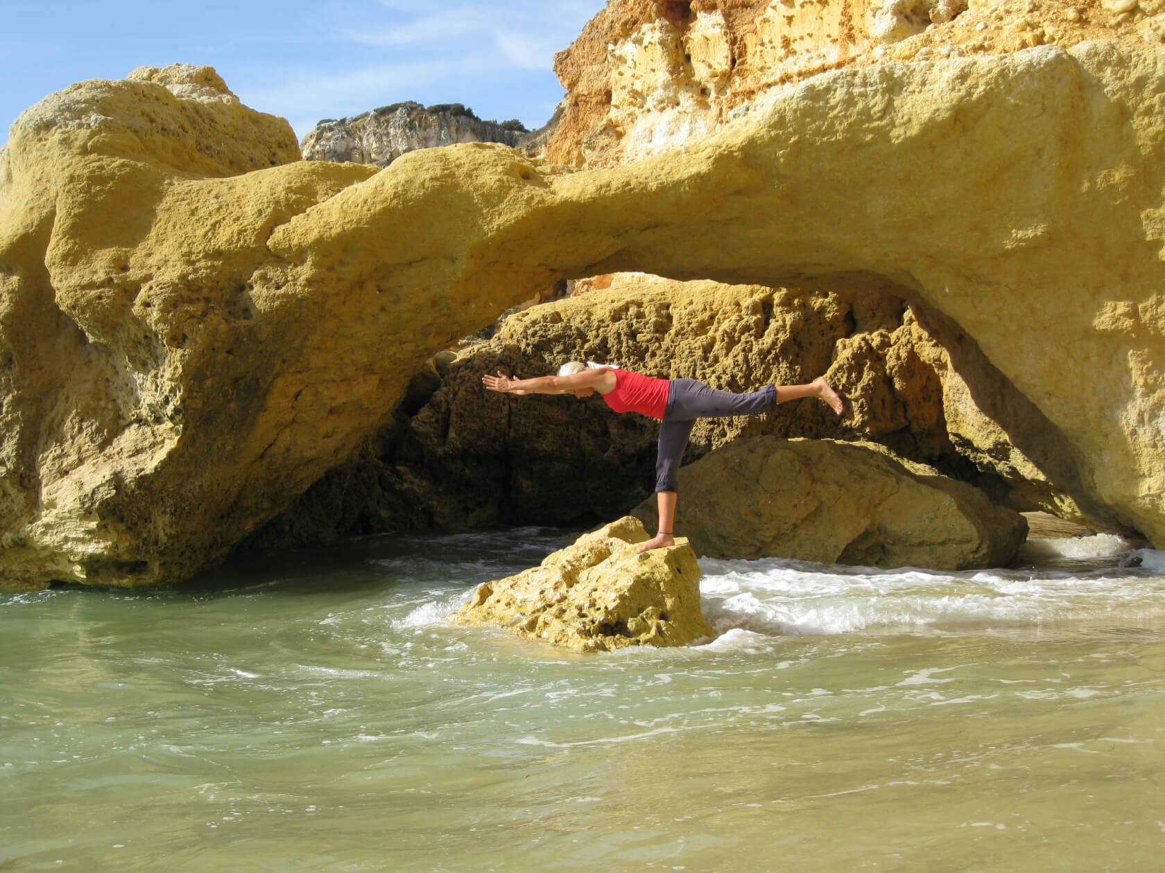 Yoga der Elemente Asana Krieger Virabradhasana auf Fels im Meer