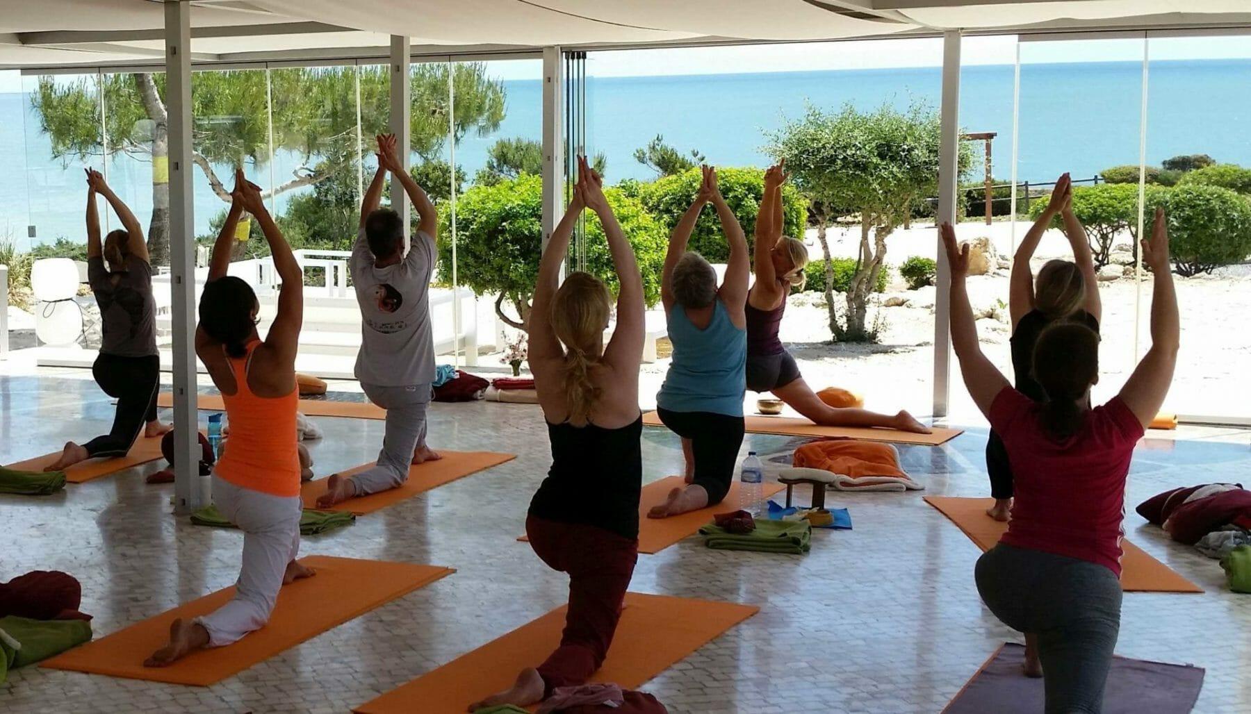 Yoga am Meer - Gruppe beim Üben mit Blick über dem Atlantik