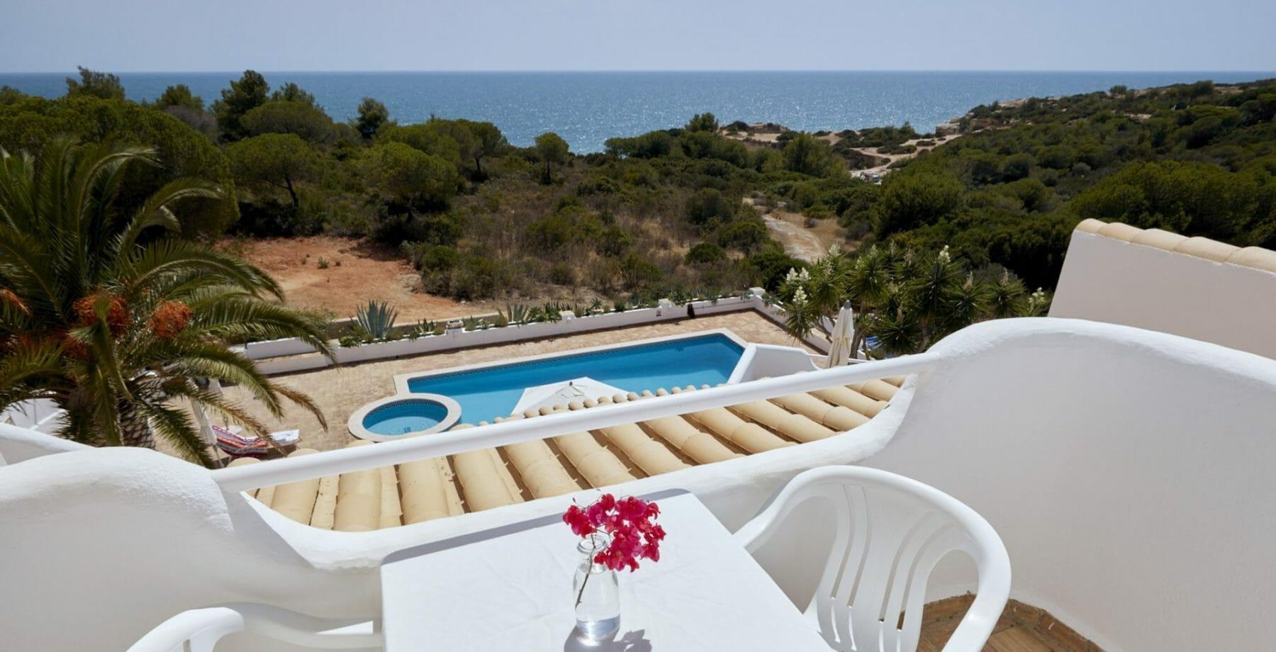 Yoga Retreat - Aussicht Meerblickvilla aus von über Pool und grüne Klippen auf den Atlantik