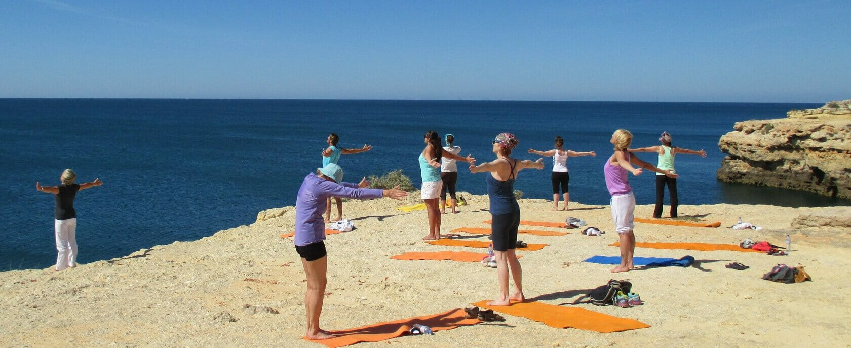 Qi Gong Urlaub am Meer: Gruppe übt auf Klippe am Meer