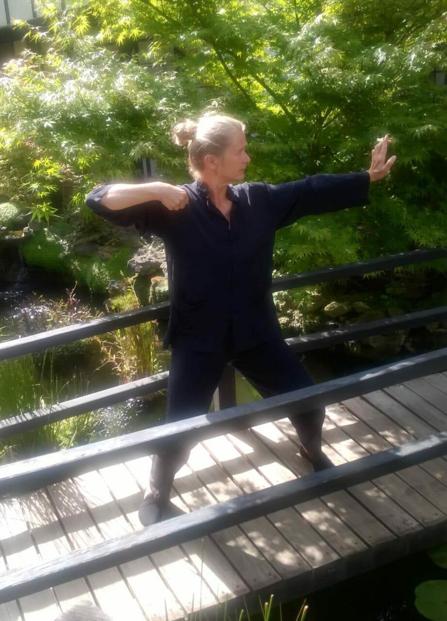 Tai Chi Urlaub und Chi Gong - Übung auf Holzsteg im Bambusgarten