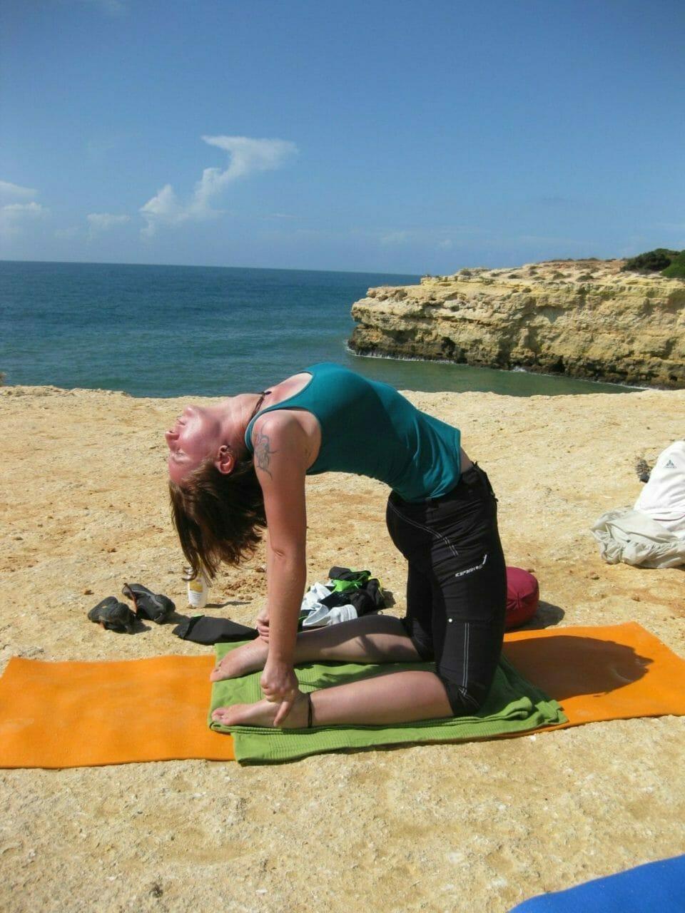 Marika im Yoga Kamel auf den Algarve Klippen