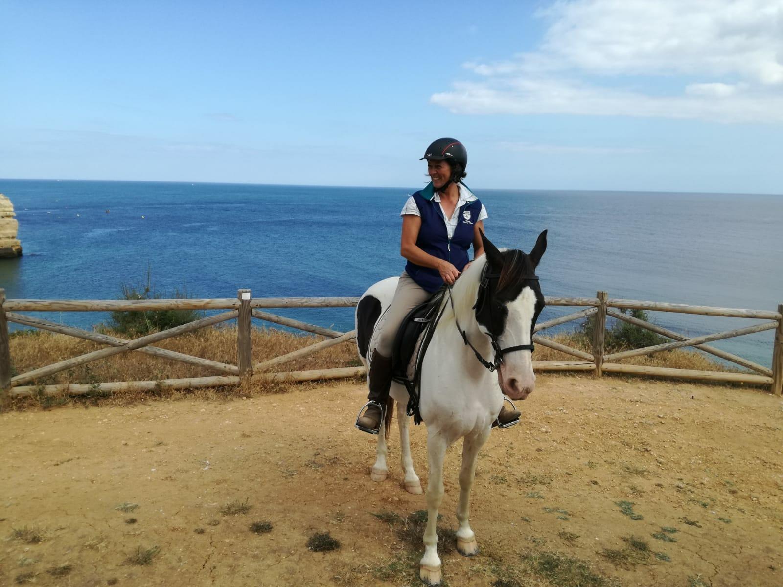 Yoga und Reiten Urlaub am Meer - Reitführerin im Sattel auf der Klippe über dem Atlantik