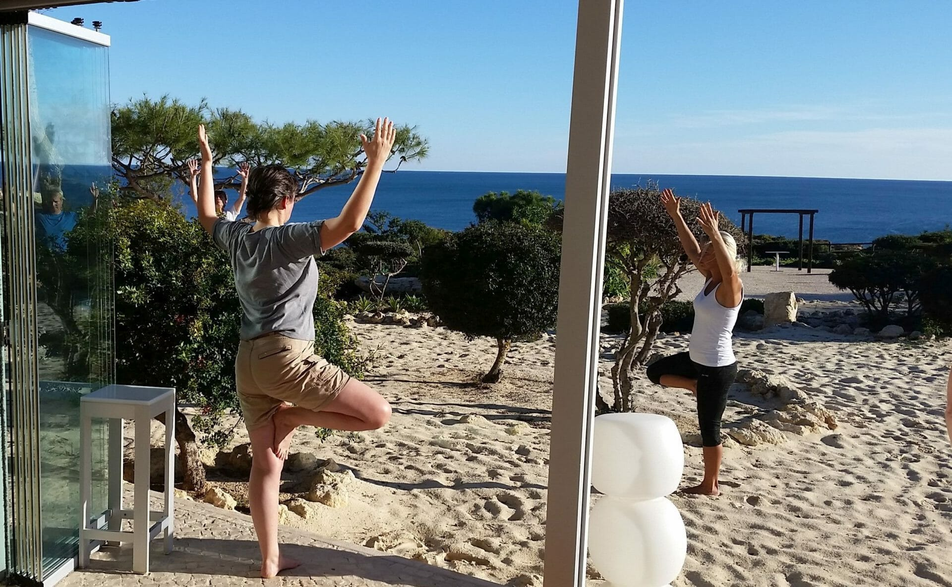 Yoga Wandern Vriksasana Session am Meer