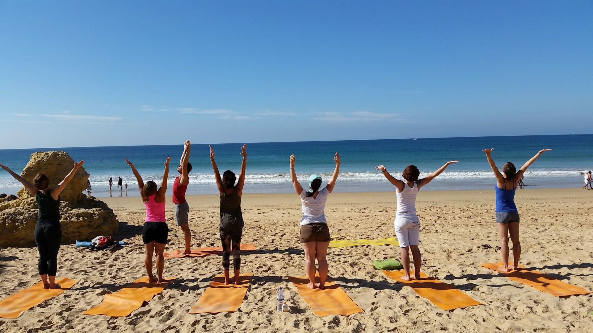 Yoga und Wandern Sonnengrüße am Strand