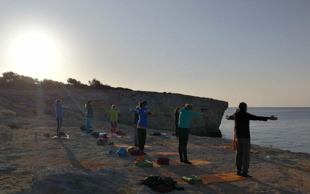 Yoga Retreat Algarve: Meditation im Sonnenaufgang und Klippenyoga