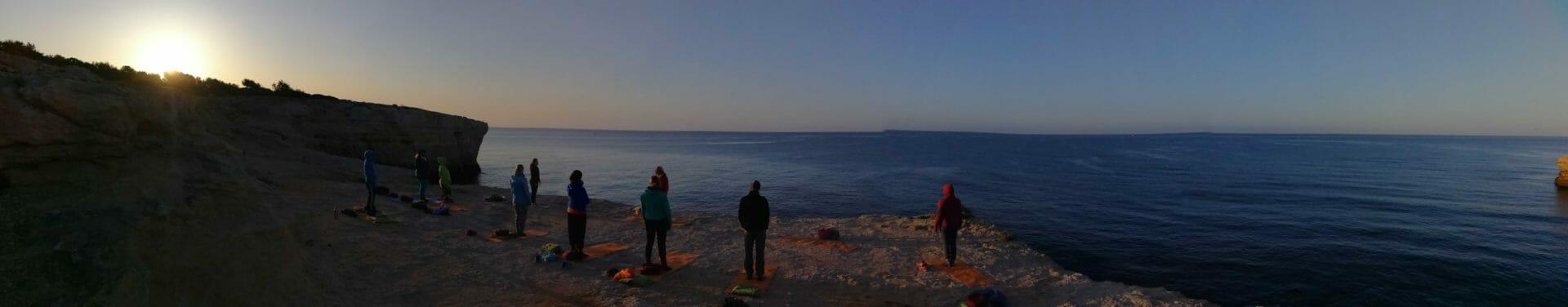 Yogagruppe auf Feslplateau am Atlantik im Yoga Retreat an der Algarve