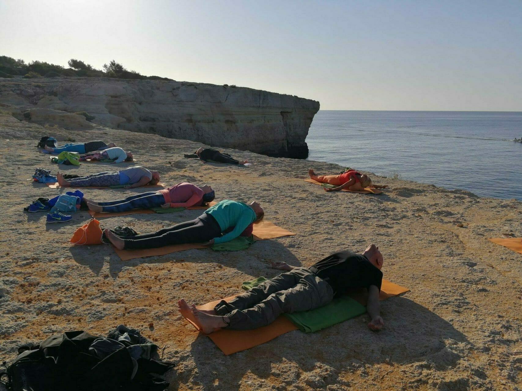 Yogagruppe im Fisch auf Kissen im Algarve Yoga Retreat