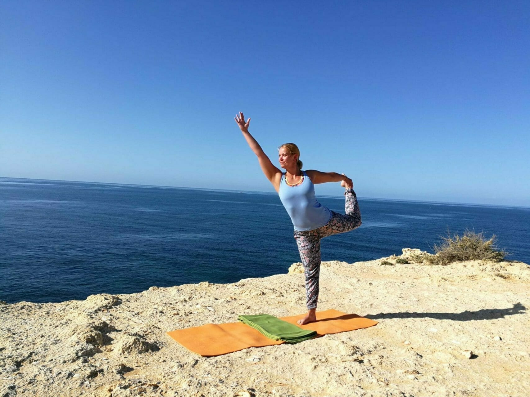 Natarajasana Tänzer auf den Klippen im Algarve Yoga Retreat