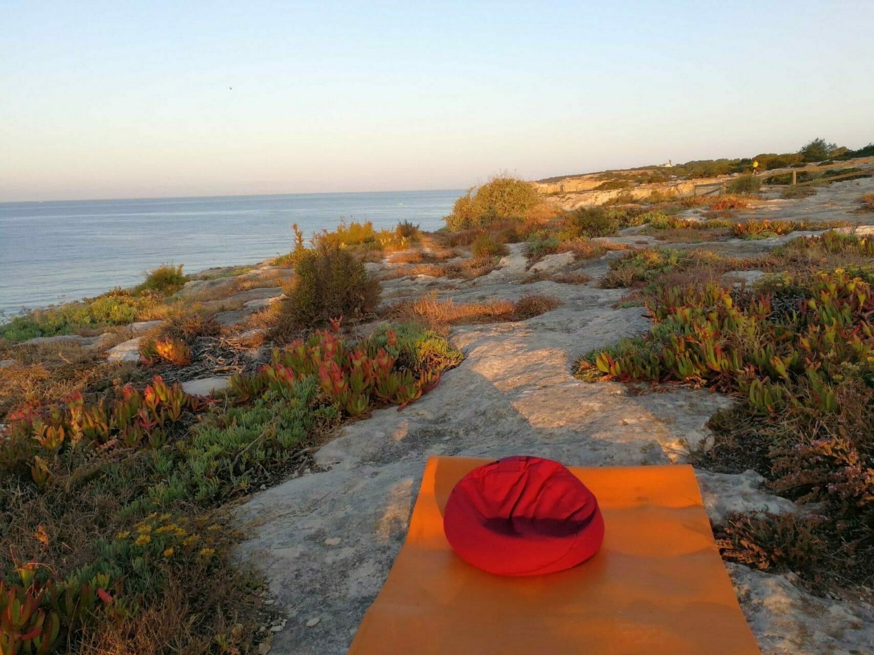 Meditationsplätzchen nach Sonnenaufgang im Yoga Retreat Algarve