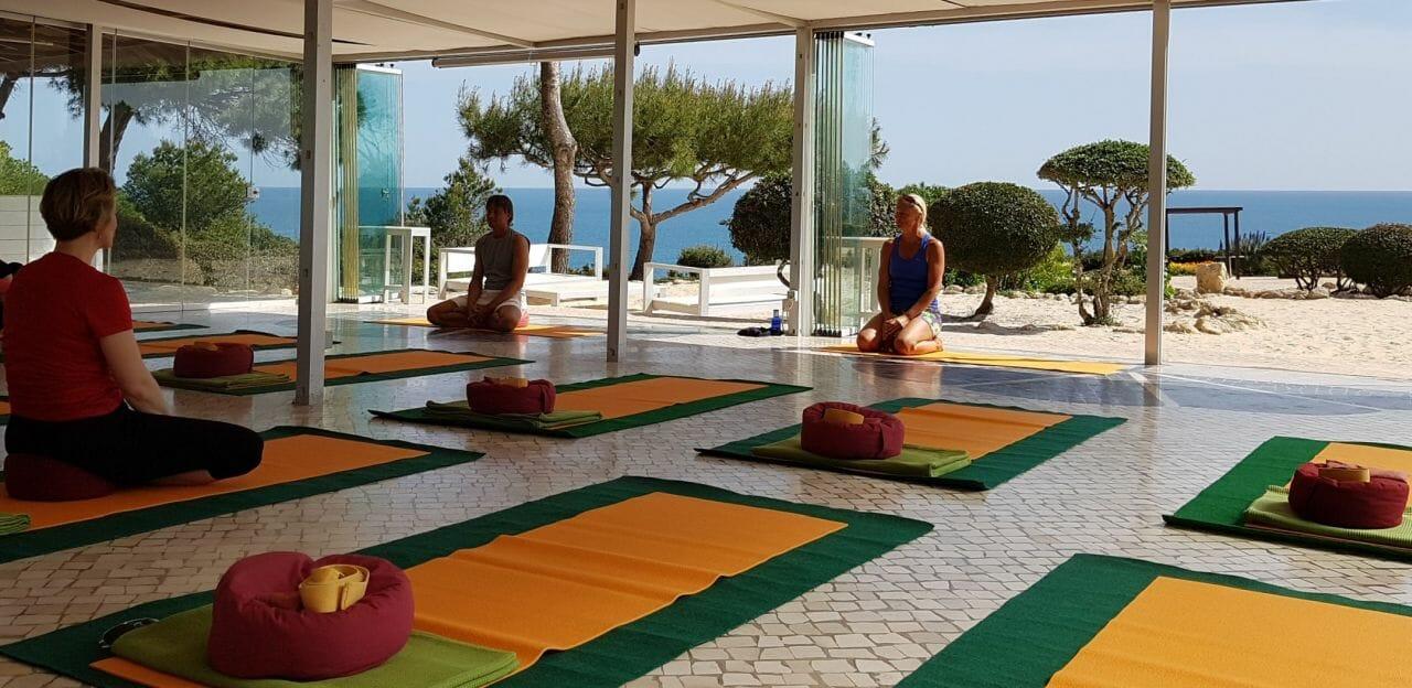 Yogasession mit Meerblick nach der Biketour