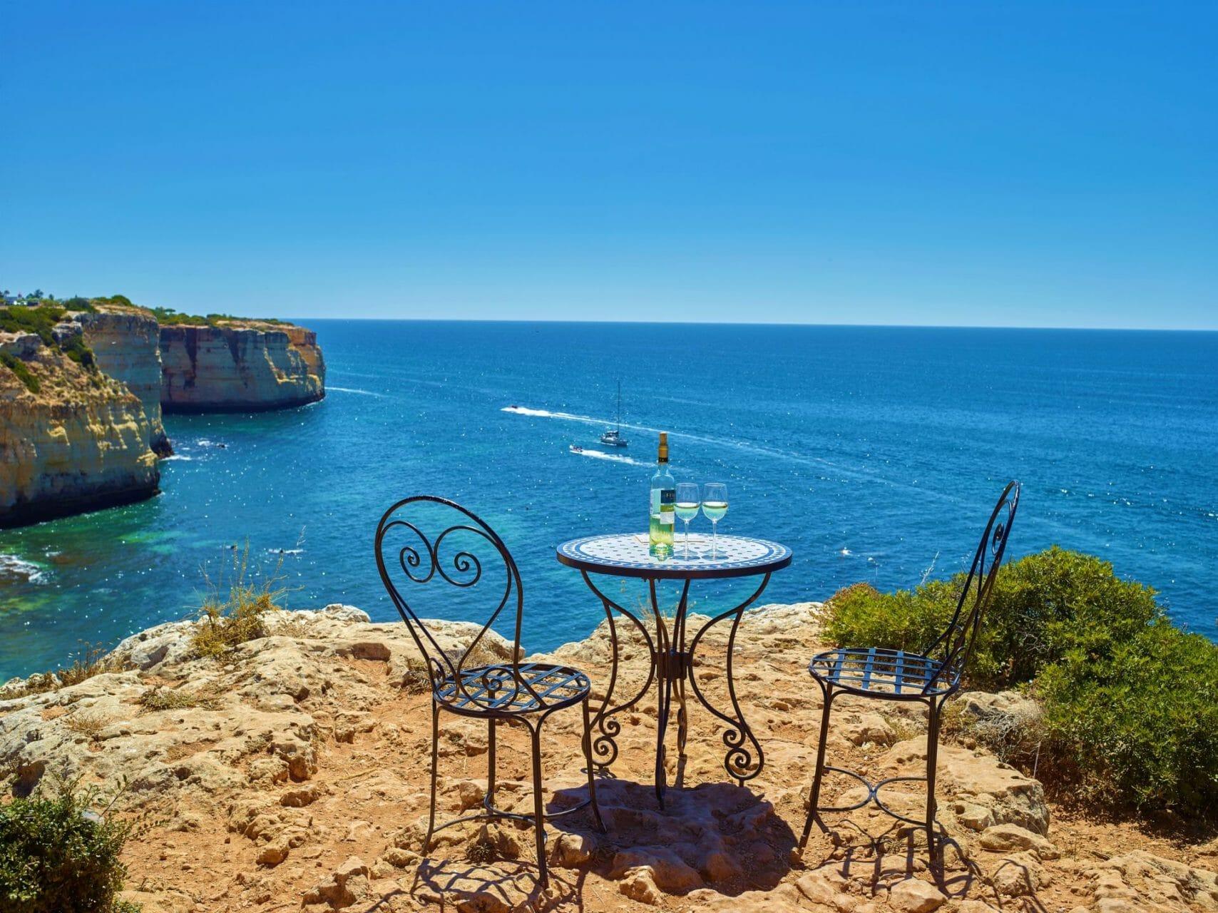 Tisch und Stühle auf den Klippen über Centianes